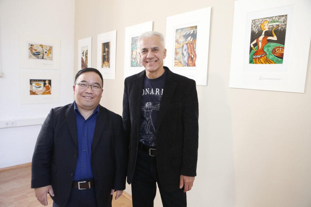 Porzellane und Grattagen - Evan Y. Chung (links, Geschäftsführer Höchster Porzellan Manufaktur) mit dem Künstler Kirill Gorodetskiy (Foto: Maik Reuß)